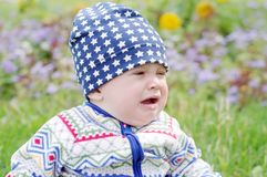 哭泣的婴孩户外 免版税库存图片