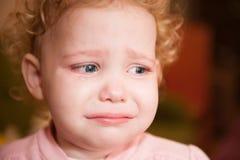 哭泣的婴孩面孔特写镜头 免版税库存图片