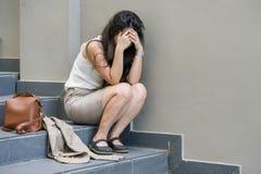 哭泣绝望的女实业家单独坐街道楼梯痛苦的重音和是消沉的危机围攻的受害者或 图库摄影