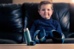 哮喘吸入器和小男孩 免版税库存照片