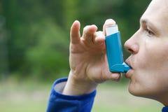 哮喘耐心吸入疗程 库存照片