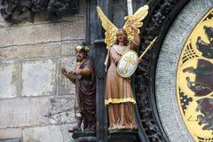 哲学家和天使迈克尔的图在布拉格天文学时钟 免版税图库摄影