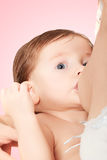 哺乳一个逗人喜爱的女婴 免版税库存图片