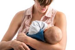 哺乳她新出生的婴孩的虔诚年轻母亲 免版税库存图片