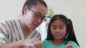 哺养她的母亲的儿童女孩可口沙拉 股票录像