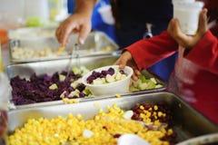 哺养帮助的贫穷的社会问题:生活的概念问题贫寒:志愿者对解除的贫寒的份额食物 库存图片