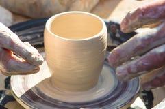 哺养的成人手baby& x27; s手与potter& x27一起使用; s轮子 免版税库存照片
