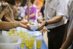 哺养的概念:分享食物与可怜的社区的人:分享对人的帮助的概念社会的 库存图片