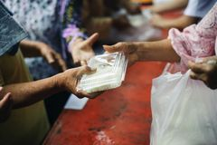 哺养的概念:分享食物与可怜的社区的人:分享对人的帮助的概念社会的 免版税库存照片