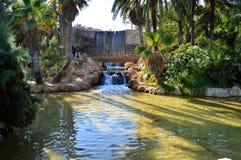 哺养一个湖的瀑布在西班牙 免版税库存图片