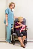 哺养新出生的Babygirl的护士支持的母亲 库存图片