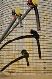 哺养木钻和喷口在筒仓的塑象阴影 免版税库存图片