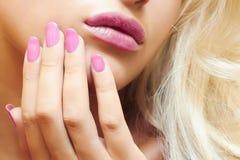 嘴唇、美丽的白肤金发的妇女的钉子和头发。 免版税库存照片