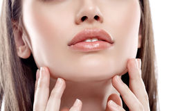 嘴唇引导下巴妇女雀斑愉快年轻美丽与健康皮肤 免版税库存图片