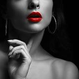 嘴唇红色性感的妇女 美丽的黑色纵向白人妇女 库存照片