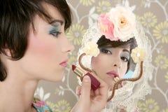 唇膏构成镜子减速火箭的发黏的妇女 库存图片