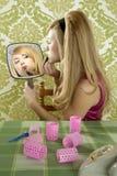 唇膏构成镜子减速火箭的葡萄酒妇女 库存照片