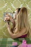 唇膏构成镜子减速火箭的葡萄酒妇女 免版税库存图片