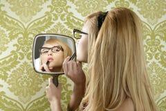 唇膏构成镜子减速火箭的葡萄酒妇女 免版税图库摄影