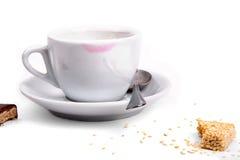 唇膏踪影在一个白色杯子的 库存照片