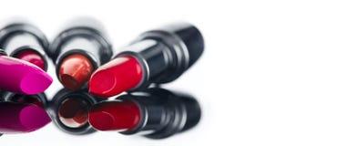 唇膏 专业构成和秀丽 唇膏设色调色板特写镜头 在白色的五颜六色的唇膏 免版税库存图片