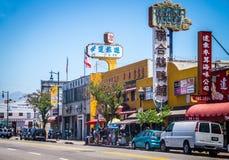唐人街明亮的街道在洛杉矶 颜色商店窗口和路人 免版税库存图片