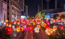 唐人街街道用五颜六色的纸灯装饰为 免版税库存图片