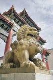 唐人街门的中国女性Foo狗监护人 免版税库存照片