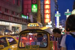 唐人街,曼谷,泰国- 05/05/18 :Tuk停放的tuk出租汽车和 库存照片