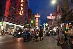 唐人街,曼谷,泰国- 05/05/18 :Tuk停放的tuk出租汽车和 库存图片