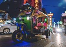 唐人街,曼谷,泰国- 05/05/18 :Tuk停放的tuk出租汽车  免版税库存照片