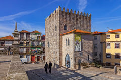 唐佩德罗Pitoes街的中世纪塔 免版税图库摄影