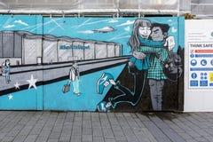 唐卡斯特机场街道与安全标志的艺术壁画在它旁边 库存图片