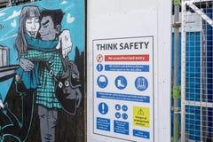 唐卡斯特街道与安全标志的艺术壁画在它旁边 免版税库存图片
