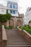 唐基尔,摩洛哥。与石台阶的老街道视图 免版税图库摄影
