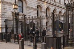 唐宁街伦敦被守卫的武装的警察 免版税库存图片