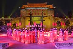 唐朝服装的舞蹈家在羡 图库摄影