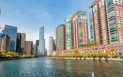 唐纳德・川普塔和摩天大楼看法从芝加哥河在芝加哥,美国的中心 免版税库存照片