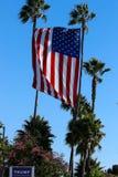 唐纳德・川普标志和美国旗子 免版税库存照片