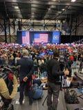 唐纳德・川普竞选集会有人群的新闻指挥台 免版税图库摄影