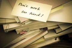 唐` t工作太艰苦;堆在书桌上的商业文件 免版税库存照片