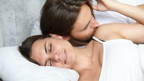 唤醒睡觉的妻子的富感情的丈夫通过亲吻,早晨好 影视素材