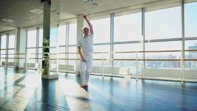 唬弄在健身房的运动服等待的教练员的新手舞蹈家 股票录像