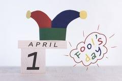 唬弄`天,日期在木日历的4月1日 免版税图库摄影