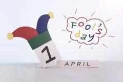 唬弄`天,日期在木日历的4月1日 库存照片