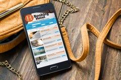 售票旅馆在网上,由智能手机 旅行和旅游业概念 库存图片