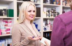 售货员画象在家庭和化妆商店的 免版税图库摄影