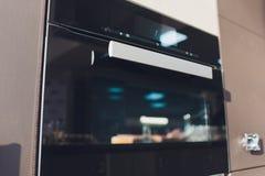 唯一墙壁烤箱隔绝了 家庭和联合厨房家用电器 不锈钢镶入正面图  库存图片