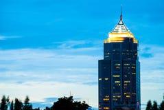 唯一大厦被看见从Benjakiti公园,曼谷的内部 免版税库存图片