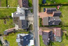 唯一房子在有房子的新的大厦解决和适当 免版税图库摄影